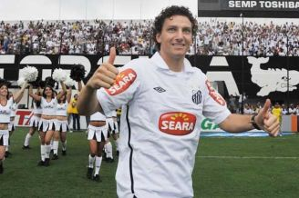 elano blumer celebrates his return to santos